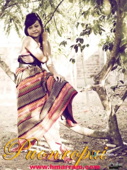 A hmar girl puts on one of the most important traditional cloth called 'Puonropui'. Photo contributed by Duduk Visuals